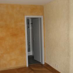 Enduit chanvre dans appartement a cote d'un mur peint a la caseine