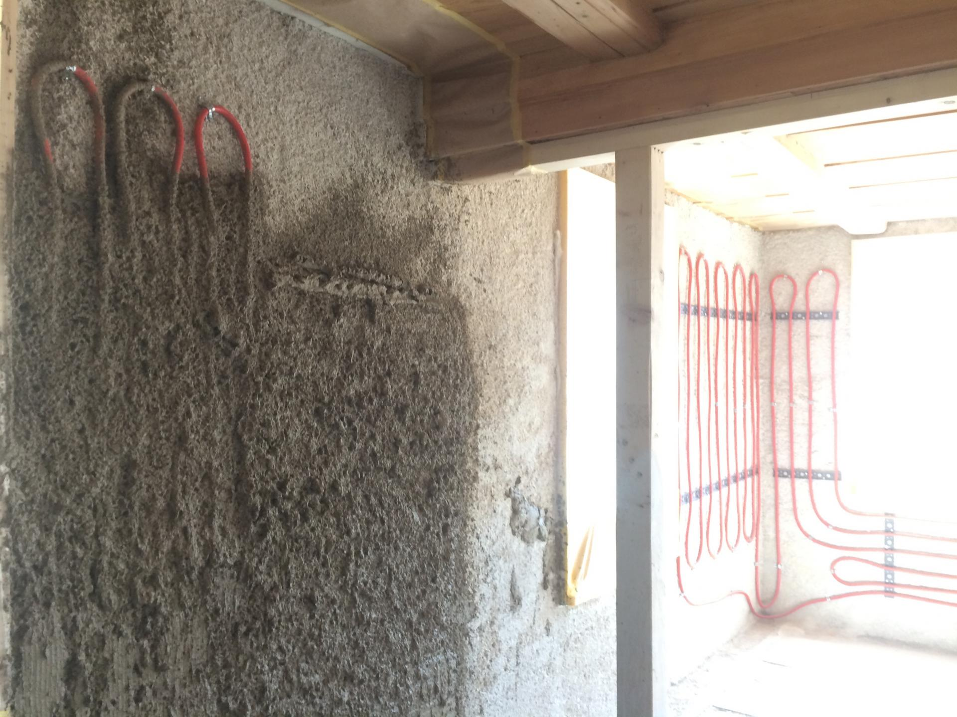 Crépissage des murs chauffant avec de l'argile locale